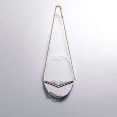 Le petit pendentif, Marbre et finitions Plaqué à 2 microns d'or. Fabriqué à Paris, FRANCE.