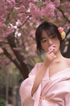 Traditional Kimono, Traditional Dresses, Asian Flowers, Geisha Art, Kimono Japan, Pretty Korean Girls, Japan Girl, The Most Beautiful Girl, Asian Style