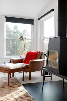 A dark bungalow in the state of New York was transformed into into a modern and bright, house with generous windows. But a very modern looking house can feel cold so owner Sloa Modern Country, Mid-century Modern, Modern Spaces, Fall Living Room, Living Spaces, Wood Interior Design, Interior Decorating, House Blinds, Farmhouse Interior