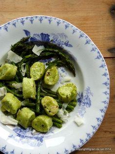 grain de sel - salzkorn: Grüne Ziegenkäse-Gnocchi mit jungem, grünen Spargel und ebenso jungem Knoblauch