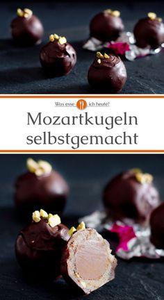 Die aus Salzburg stammende Mozartkugel kann man auch ganz einfach selbst herstellen. Geschmacklich kommt die aus Nougat, Pistazien, Marzipan und Schokolade hergestellte Spezialität nah an das Original ran. Nicht nur zu Weihnachten, zu Geburtstag oder Valentinstag ein tolles Geschenk. #rezept #pralinen #geschenkeausderküche #DIY