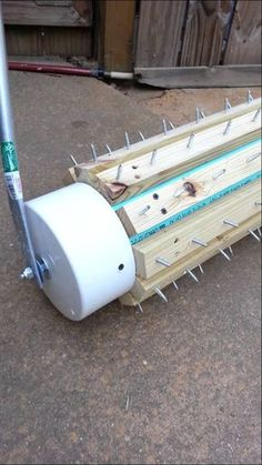 Garden Tips - DIY Lawn aerator Now is the time to start looking after the lawn so this summer is beautiful. That's why I'm going to start explaining how to start keeping it. Backyard Projects, Garden Projects, Garden Tools, Lawn And Garden, Home And Garden, Yard Maintenance, Casa Patio, Lawn Care Tips, Yard Care