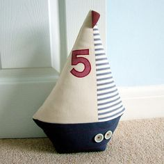 sail boat doorstop - inspiration for H's Diy Doorstop, Doorstop Pattern, Fabric Crafts, Sewing Crafts, Sewing Projects, Beach Crafts, Kids Crafts, Deco Marine, Door Stop