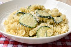 Are you looking for a quick midweek recipe? Our creamy Zucchini and Philadelphia pasta is delicious and ready in only 25 minutes. Make it today! Italian Pasta Recipes, Best Italian Recipes, Italian Dishes, Philadelphia Pasta, Fusilli, Cooking Instructions, How To Cook Pasta, Us Foods