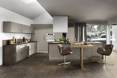 Shades across the brown spectrum may not be the first thing that pops into your head when you imagine a trendy kitchen space, but this design has sandwiched a few together to great effect. The T shaped kitchen island is a really nice touch too if you have that kind of floor space. - voor meer keukeninspiratie kijk ook eens op http://www.wonenonline.nl/keukens/