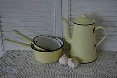 Emaille steelpannen & koffiepot   (panns & coffee pot) www.blossombrocante.nl