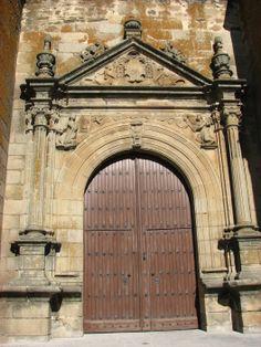 Portada Sur de la Iglesia, con su arco de medio punto con clave en forma de mascarón humano burlesco, igual que en la portada Norte.