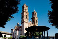 Contempla el tesoro más preciado de Taxco bajo un cielo azul desde la tranquilidad de la Plaza Borda. http://soy.ph/TaxcoViajes