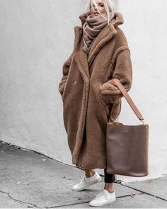 Winter Street Style Outfits To Keep You Warm Teddy bear coat Street Style Outfits, Look Street Style, Mode Outfits, Fashion Outfits, Warm Outfits, Fashion Clothes, Street Styles, Pinterest Mode, Pinterest Fashion