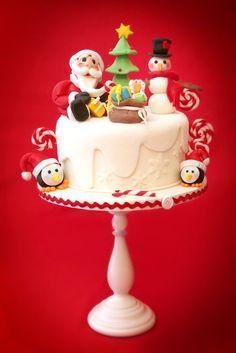 Foto di Niccolò Testino Dolcissimi personaggi s'incontrano in una magia di zucchero per augurare a tutti buon Natale. Occorrente: vassoio rigido di 30 cm nastro colorato 1 bottone colla torta di 22 cm di diametro e di 8 cm di altezza 1,5 kg circa di pasta di zucchero bianca 500...