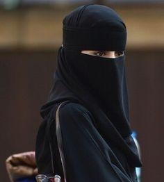 Saudi Man Divorces Wife During Wedding After Seeing Her Face for Time Hijab Dp, Hijab Niqab, Niqab Fashion, Muslim Fashion, Hijabi Girl, Girl Hijab, Muslim Girls, Muslim Women, Arab Girls