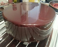Cuisiner Chic et facile !: Glaçage miroir pour entremets Méthode simple pour un résultat brillantissime :) Faire bouillir 120g de crème, 15g de lait et 90g de sucre. Hors feu ajouter 30g de cacao poudre. Passer au chinois. Verser sur 30g de chocolat noir et ajouter 3g (sec) de gélatine (18g réhydratée). Glacer à 30°C. Ne jamais fouetter sinon il y aura des bulles. Toujours mélanger à la spatule.