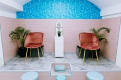 Looking for branding ideas for your beauty salon or hair salon? See how these 5 businesses have created a gorgeous brand and get inspired! Beauty Salon Decor, Beauty Bar, Beauty Salons, Pedicure Station, Swimming Pool Photos, Home Learning, Salon Design, Creating A Brand, Branding Ideas
