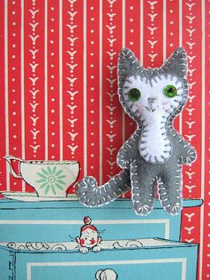 Argento and drawers with Mrs Pepperpot by Joey's Dream Garden, Felt Cat, Dream Garden, Dinosaur Stuffed Animal, Drawers, Kitty, Illustration, Crafts, Animals, Magazine