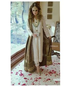 Yet another lovely image of this elegant ivory chicken kari shirt worn with a stunning black banarsi chadar by Nadia Ellahi. An epitome of… Pakistani Fashion Party Wear, Pakistani Wedding Outfits, Indian Party Wear, Pakistani Bridal Dresses, Pakistani Dress Design, Party Fashion, Desi Wedding Dresses, Party Wear Dresses, Dress Outfits