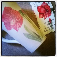 Amaryllis, red flower. Hand painted ceramic cup. Fiore rosso: amaryllis. Tazza di ceramica dipinta a mano.