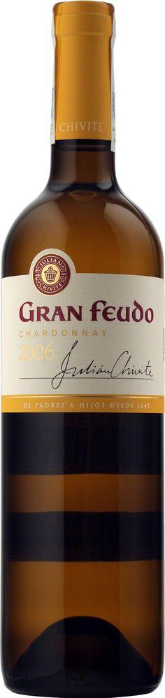 Chivite Gran Feudo Chardonnay Navarra D.O. Jest ostatnim osiągnięciem Bodegas Chivite. Osobowość tej odmiany jest wyraźnie zaznaczona od momentu, gdy nalejemy wino do kieliszka. Wino jest bardzo nowoczesne, świeże i silnie owocowe z lekkim dymnym odcieniem. Idealne ze smażonymi daniami z ryb oraz owocami morza. #Chivite #GranFeudo #Chardonnay #Navarra #Hiszpania #Wino #Winezja