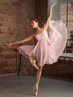 """CAMISOLE EMPIRE DRESS DANSJURKJE CAPEZIO - BG001 Eenvoudig en super elegant is dit """"Empire Dress"""" stijl balletpakje. De taille begint iets onder de bustelijn waardoor de aanzet van de rok zeer gracieus en flaterend is als je danst. Ook is de rok aan de achterkant iets langer. Het pakje heeft een ingebouwde BH en verstelbare schouderbandjes. Prachtige kwaliteit en pasvorm!"""