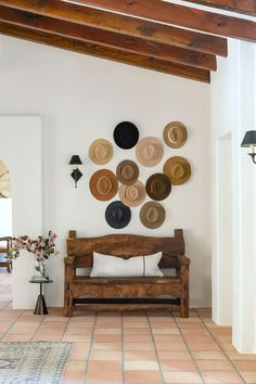 Hat Gallery Wall Spanish Bungalow, Spanish Style Homes, Modern Bungalow, Spanish House, Spanish Patio, Dream Home Design, House Design, Santa Fe Home, Spanish Modern