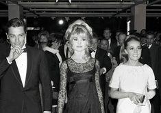 Brigitte Bardot with Alain Delon and costar Jeanne Moreau at the premiere of Viva Maria! Brigitte Bardot, Bridget Bardot, Jeanne Moreau, Isabelle Adjani, Juliette Binoche, Alain Delon, Marlene Dietrich, Cinema Tv, Greta