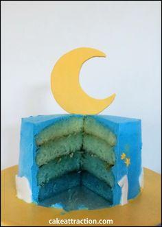 Bizcocho de vainilla degradado con tonos azules, ideal para el cumpleaños de un niño. Relleno de albaricoque y la cobertura es de crema de queso con nata.