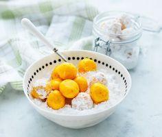 Julbaket är ett utmärkt tillfälle att experimentera och prova nya smaker. Saffranstryffel med apelsin är lika gott till kaffet som till barnens godisstund. Den vita chokladen gör sig utmärkt med saffran och rivna apelsinskal. Rulla i florsocker och njut.