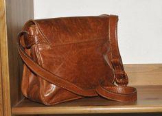 Superschöne Schultertasche aus braunem Leder, The Bridge.  Die Tasche hat eine Magnetschließe, vier Fächer und ein Seitenfach mit Reißverschluss.  Schöne Patina mit Flecken, Schrammen und...