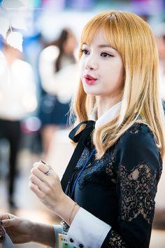 170501 Lisa at the Incheon Main Customs Kpop Girl Groups, Korean Girl Groups, Kpop Girls, Jennie Lisa, Blackpink Lisa, K Pop, Rapper, Lisa Black Pink, Kpop Memes