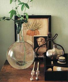 Um jeito vintage  de ser! Objetos ou ferramentas antigas guardam histórias e  dão charme à decoração. Que tal esta composição? #inspiracao #marcheobjetos #decoracao #objetosantigos