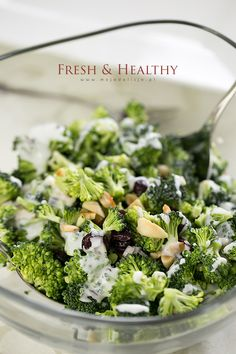 Sałatka z surowego brokuła, żurawiny i migdałów – Fresh&Healthy Raw broccoli salad with cranberries and almonds - Fresh Healthy #food #salad #gordonramsay