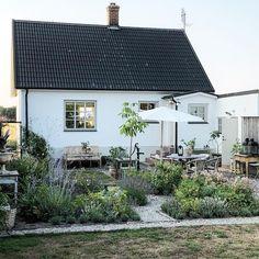 V& baksida p& huset i Simris ligger i s& vilket inneb& sol n& hela dagen men s& h& p& kv& flyttar sig solen till& Outdoor Spaces, Outdoor Living, Outdoor Decor, Garden Cottage, Home And Garden, Apartment Balcony Garden, Porche, Dream Garden, Garden Planning