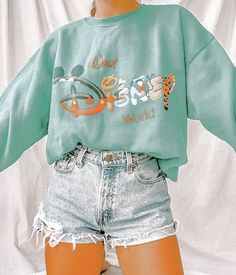 Outfit con suéter de Disney Cute Disney Outfits, Cute Lazy Outfits, Casual School Outfits, Trendy Summer Outfits, Stylish Outfits, Disneyland Outfits, Disney Inspired Outfits, Disney Shoes, Disney Clothes