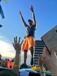 Love the orange shorts! Best Country Singers, Country Concerts, Country Music Artists, Country Music Stars, Kenny Chesney Concert, Kenney Chesney, No Shoes Nation, Happy Memorial Day, Luke Bryan