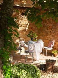 Petit déjeuner sous la pergola - jardin anglais