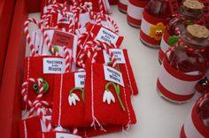 Мартенички-амулети за здраве и любов Baba Marta, Wire Crochet, Diy And Crafts, Yarn Dolls, Gift Wrapping, Vintage Diy, Bulgarian, Christmas, Jewelry