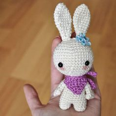 Little white crochet bunny with a scarf (free amigurumi pattern) Bunny Templates, Bow Template, Easter Crochet, Crochet Bunny, Crochet Gratis, Free Crochet, Crochet Toys Patterns, Stuffed Toys Patterns, Bunny Toys