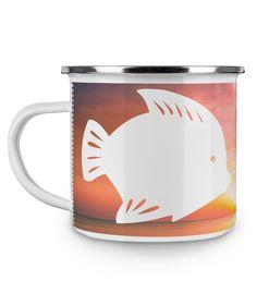 Emaille Tasse Fisch aus Metall im Emaille Look  Weiß - Das Original von Mr. & Mrs. Panda.  Diese wunderschöne Emaille Tasse von Mr. & Mrs. Panda ist wirklich etwas ganz besonders.  Diese Metalltasse mit abgesetztem Edelstahl Rand in Emaille Optik ist der perfekte, bruchsichere Begleiter für dein nächstes Abenteuer.    Über unser Motiv Fisch  Da die Welt zu 70 % aus Wasser. Für Meerestiere und Fische der perfekte Ort zu leben. Fische gibt es in alles Größen und Formen, in allen Farben und…