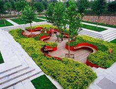 Un jardin très dessiné, presque découpé, avec de belles assises courbes bordées de verdure. Idée à piquer pour une version XS ! (Architects Turenscape - Tianjin, China)