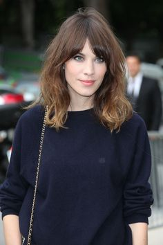 ideas hair brunette bangs love her Brunette Pony, Brunette Fringe, Brunette Bangs, Long Bob Hairstyles, Hairstyles With Bangs, Trendy Hairstyles, Girl Hairstyles, Style Hairstyle, Alexa Chung Hair