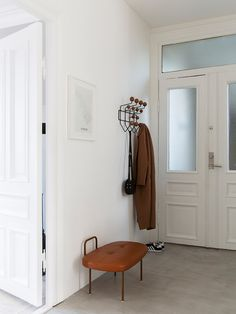 Eames Hang it all brun/valnøtt Minimalist Apartment, Minimalist Decor, Sims Freeplay Houses, Trendy Furniture, Plaster Walls, Hallway Decorating, Tropical Decor, Eames Daw, Hallways