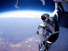 Felix Baumgartner a punto de saltar desde la estratosfera.
