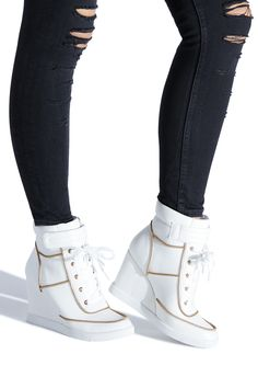 Selected pins for fascinating shoes for women, covering heels that are high flat shoes, casual shoes, sneakers, and any other kind of mesmerizing shoes. White Wedge Sneakers, Cute Sneakers, Shoes Sneakers, Shoes Men, Look Fashion, Fashion Boots, Sneakers Fashion, Shoe Boots, Shoes Heels