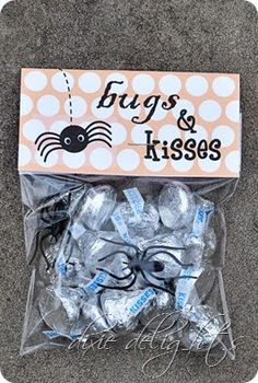 & Kisses Halloween Treat {Free Printable} Free Halloween Printable for Bugs and Kisses candy bag.Free Halloween Printable for Bugs and Kisses candy bag. Dulceros Halloween, Postres Halloween, Halloween School Treats, Halloween Goodies, Halloween Birthday, Holidays Halloween, Halloween Printable, Halloween Quotes, Halloween Favors
