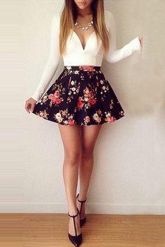 Blusa blanca, falda floreada.