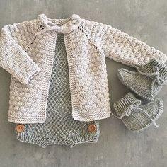 Kittfargen i Lille Lerke blir jeg aldri lei Knitting Patterns for Baby Knitting For Kids, Baby Knitting Patterns, Baby Patterns, Crochet Baby Blanket Beginner, Pretty Little Dress, Baby Sweaters, Sweaters Knitted, Knitted Baby Cardigan, Knitted Baby Clothes