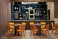 Constreve: 12 cozinhas ousadas com papel de parede e móveis de design assinado