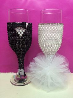 Decorate wine glasses with flowers and beads, It's easy but looks great ! Wine glass decorations can help dress up your table for a party or wedding, or simply help guests keep track of their glasses throughout the evening. Bride And Groom Glasses, Wedding Wine Glasses, Diy Wine Glasses, Wedding Wine Bottles, Decorated Wine Glasses, Wedding Champagne Flutes, Painted Wine Glasses, Champagne Glasses, Wine Glass Crafts