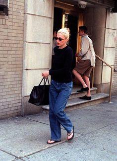 Queen of Minimalist Fashion: Amazing Photos That Show Carolyn Bessette-Kennedy Best Nineties Looks Look Fashion, 90s Fashion, Timeless Fashion, Street Fashion, Fashion Outfits, Les Kennedy, Carolyn Bessette Kennedy, John Kennedy Jr, Looks Jeans