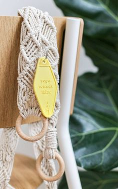 DIY Tapis de Yoga en macramé - Hellø Blogzine - Blog déco Lifestyle - www.hello-hello.fr  #diy #macrame #yogaaddict #StayINspired Diy Tapis, Blog Deco, Napkin Rings, Upcycle, Diy And Crafts, Recycling, Diy Macrame, Homemade, Manualidades