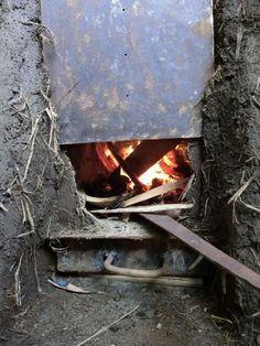 Cómo hacer una estufa rocket con barro. Las estufas rocket son estufas de masa térmica para calefaccionar ambientes que, aunque funcionan con leña, necesitan muy poca cantidad de madera. Por eso resultan eficientes, económicas y amigables con el...
